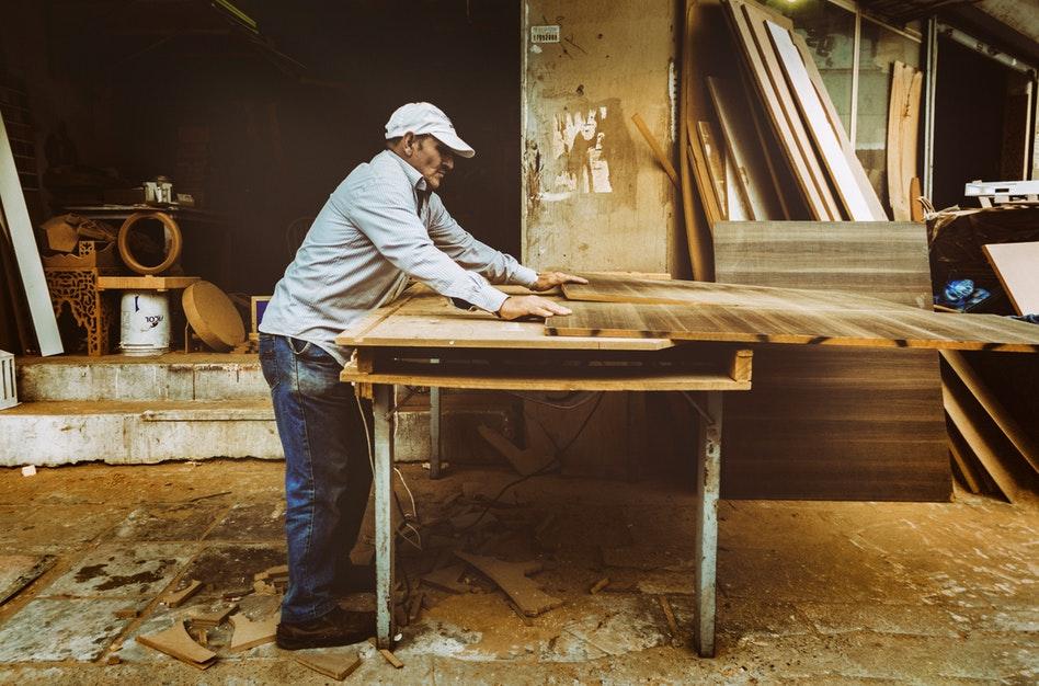 Conseils pour prévenir et éviter les blessures au travail en position debout